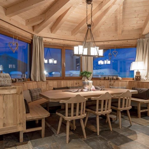 Burghotel Alpenguhn-Ski Accommodation in Obergurgl-restaurant dining table