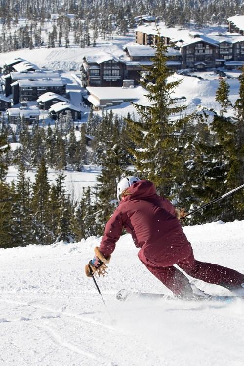 Skiing down to Norefjell ski resort - ski norway