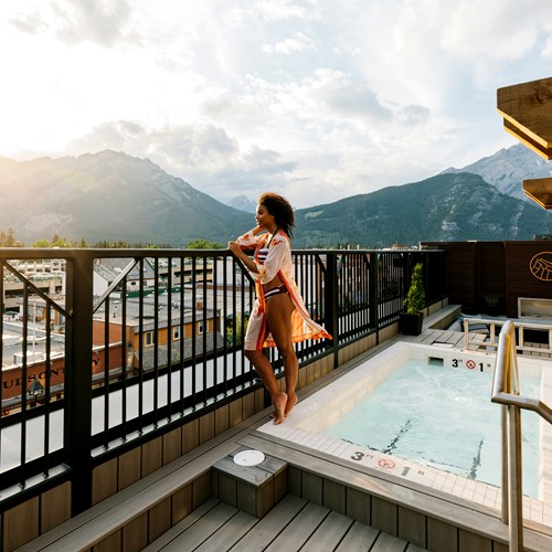 roof terrace with hot tub and mountain views Mount Royal ski hotel in Banff