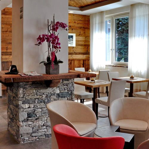 Hotel Serendipity Sauze d'oulx-Italy-communal seating area in bar