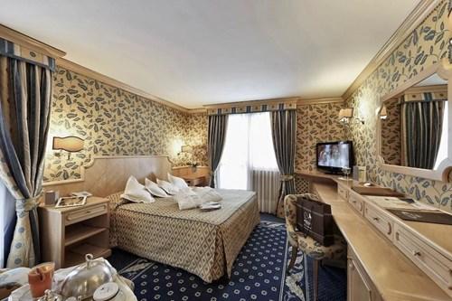 Hotel Spinale Madonna di Campiglio-traditional hotel room