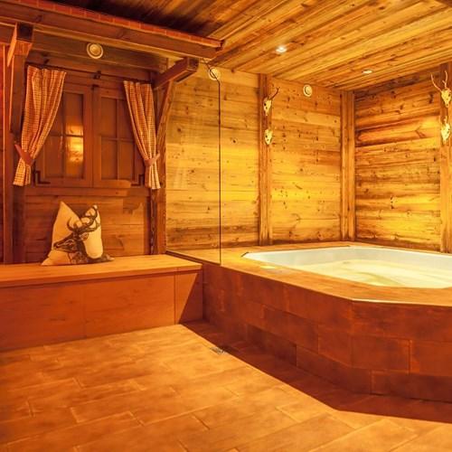 hot-tub-whirlpool-at-Hotel-Sonnblick-Karpun-ski-destination-in-Austria