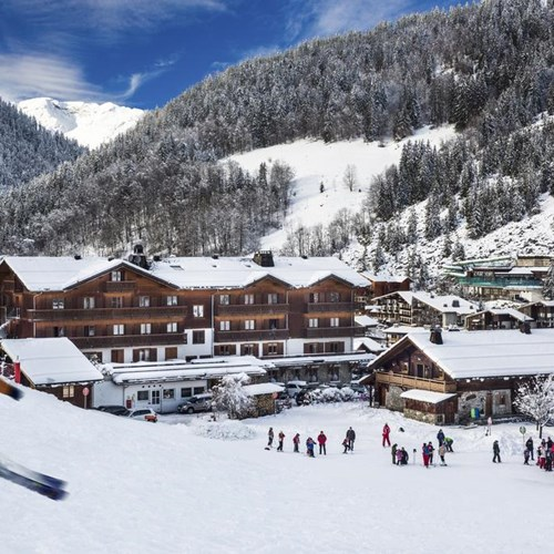 Hotel Beauregard-La Clusaz-skiing past the hotel