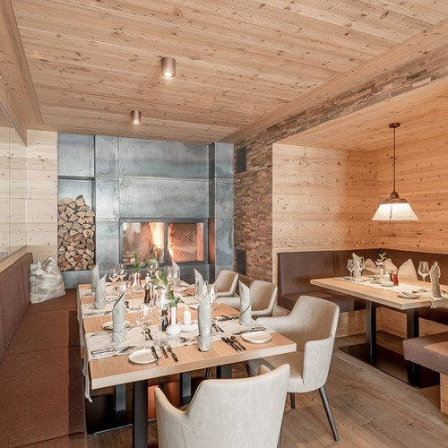 Hotel Gurglhof ski hotel in Obergurgl - dining area with fire