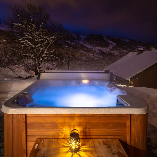 Ski chalet in Meribel, Chalet Ophelia, outdoor hot tub in the snow