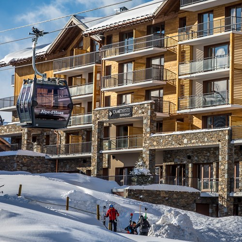 Daria I Nor Alpe d'huez exterior with gondola going past