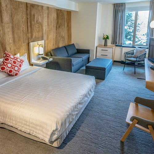 deluxe queen room with sofa Hotel Aava Whistler