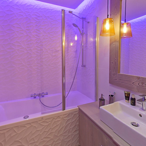 l'hévana apartments in Meribel, bathroom