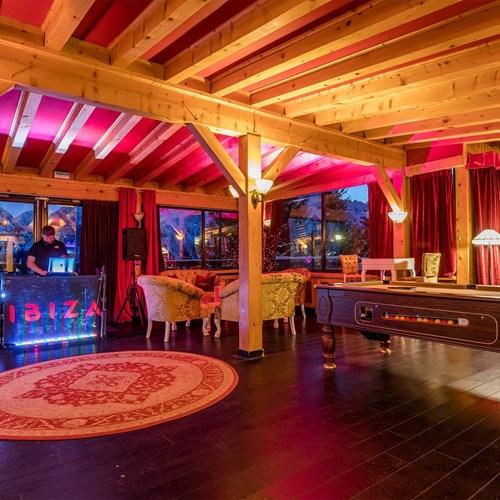 Hotel Ibiza Les Deux Alpes bar area.jpg