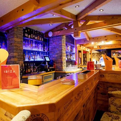 Hotel Ibiza Les Deux Alpes bar.jpg