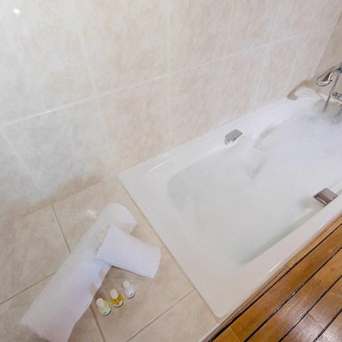 Hotel Ibiza Les Deux Alpes bath.jpg