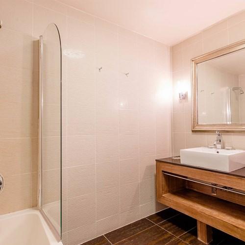 Hotel Ibiza Les Deux Alpes bathroom corner.jpg
