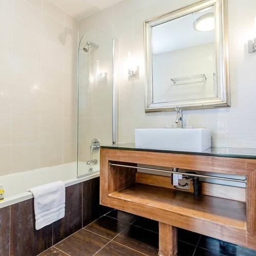 Hotel Ibiza Les Deux Alpes bathroom.jpg