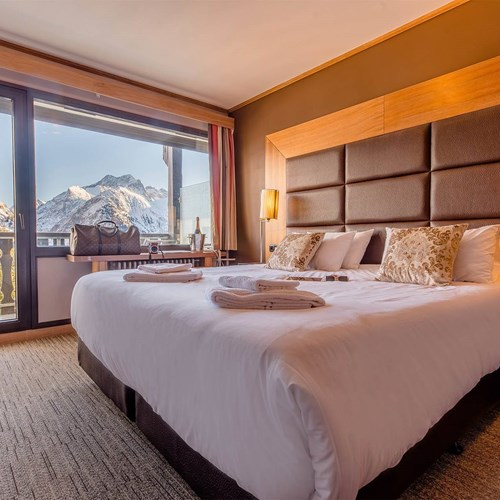 Hotel Ibiza Les Deux Alpes bedroom view.jpg