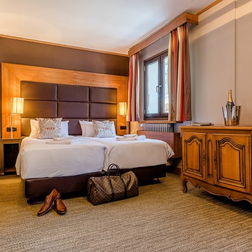 Hotel Ibiza Les Deux Alpes bedroom wide.jpg