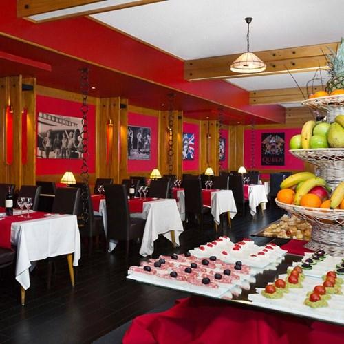 Hotel Ibiza Les Deux Alpes evening buffet.jpg