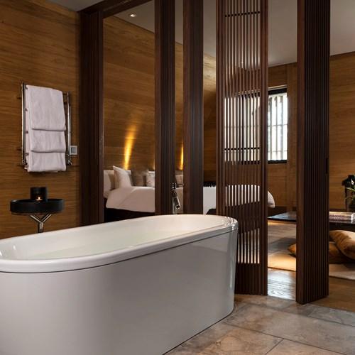 CAM-Rooms-Deluxe_Room-Bathroom_02.jpg