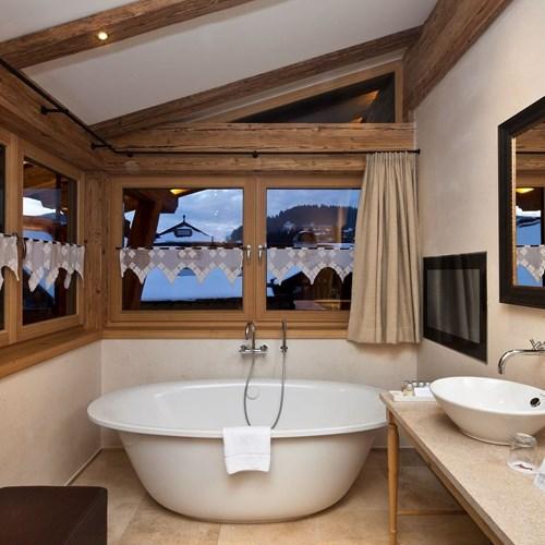 moderne-badezimmer-alpin-suite-im-kitzhof-kitzbuehel-1.jpg