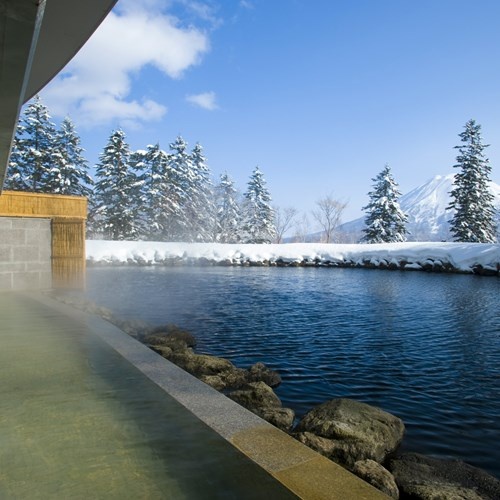Ski Hotel Hilton Niseko Village - Japan skiing - outdoor onsen in snow