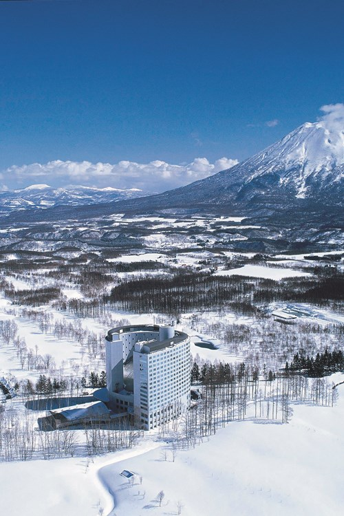 Ski Hotel Hilton Niseko Village - Japan skiing - hotel in wider setting