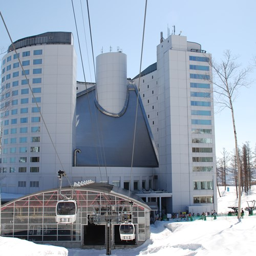 Ski Hotel Hilton Niseko Village - Japan skiing - hotel exterior and gondola