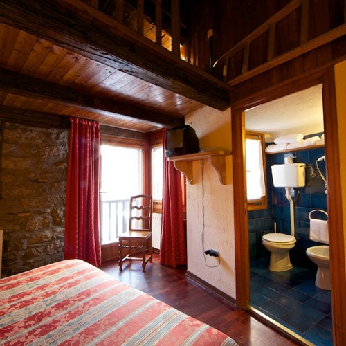bedroom and bathroom at Hotel Dolonne Courmayeur, ski hotel