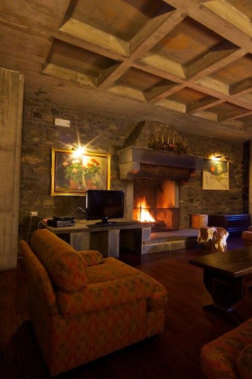 Hotel Dolonne Courmayeur ski accommodation, lounge area with fire