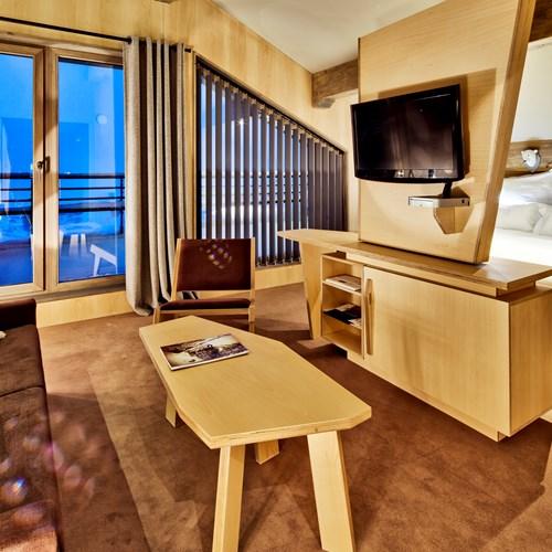Hotel-Altapura-Val-Thorens-room-with-lounge-area