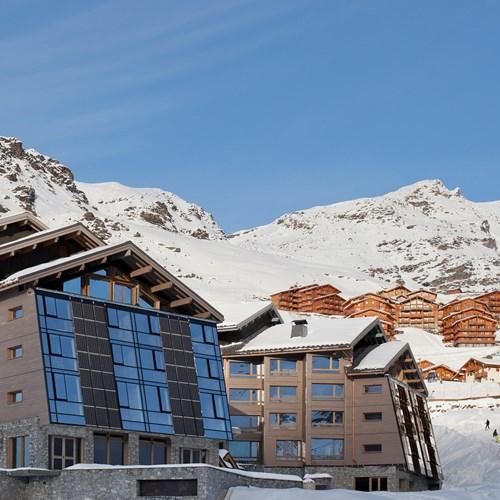 Hotel-Altapura-Val-Thorens-ski-lift-beside-hotel