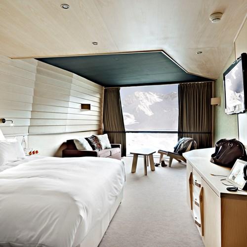 Hotel-Altapura-Val-Thorens-white-wood-guest-room