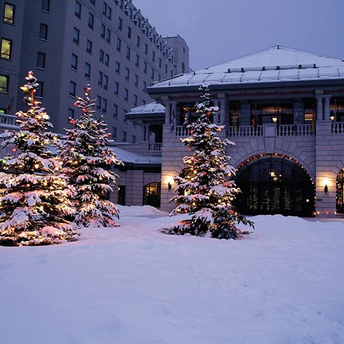 Fairmont-Chateau-Lake-Louise-entrance.jpg