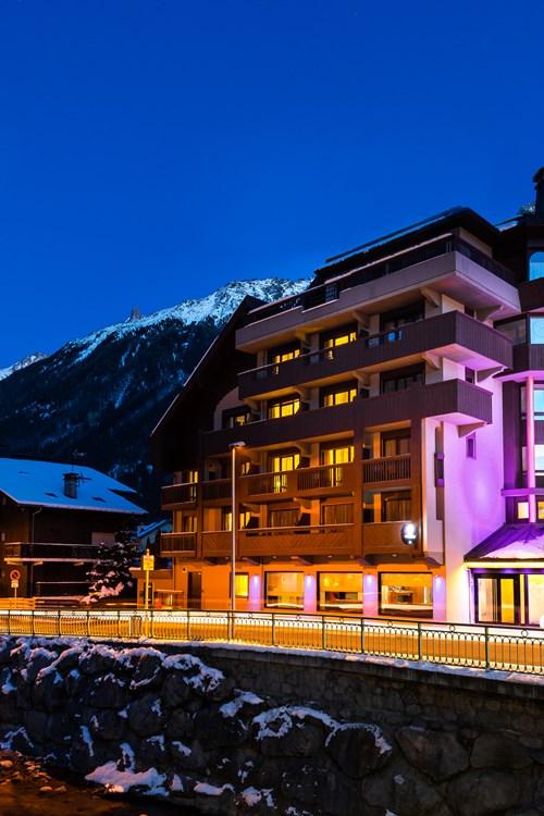 Hotel Le Morgane exterior at night