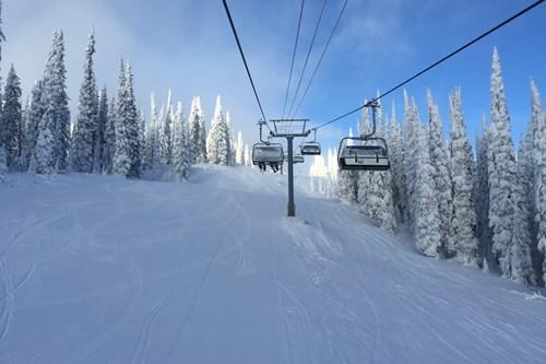 chairlift-sun-peaks-trees