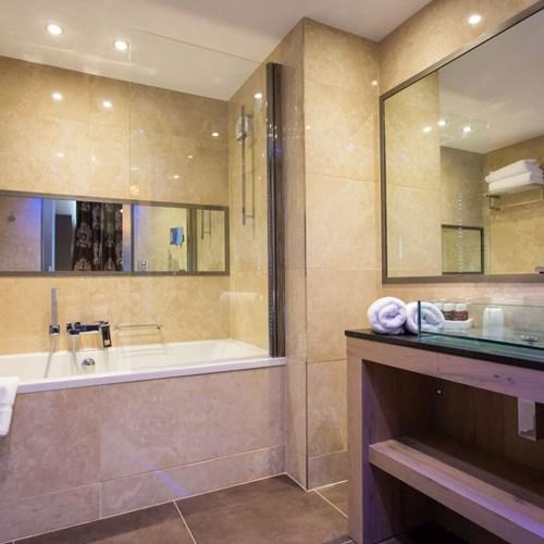 ski in, ski out hotel Taj-i Mah, Les Arcs, France - bathroom