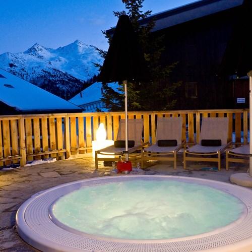 Outdoor hot tub at Hotel Le Mottaret, ski hotel in Meribel mottaret
