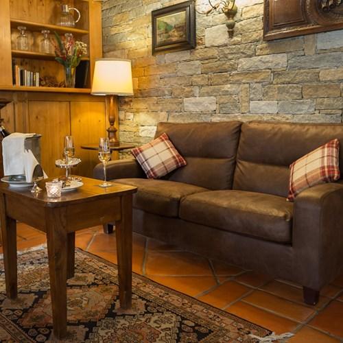 Hotel Gran Baita Courmayeur sofa in the bar area