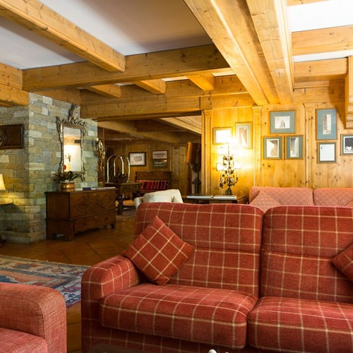 Hotel Gran Baita Courmayeur bar sofa area