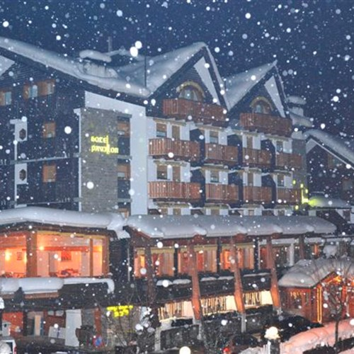 Hotel Pavillon Courmayeur exterior when snowing