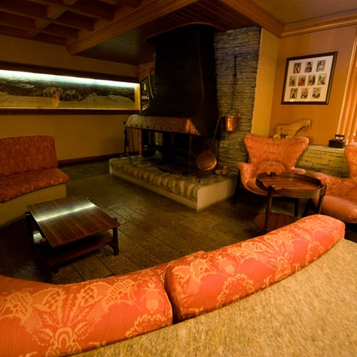 fire and sofa area at Hotel Pavillon Courmayeur