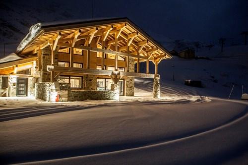 Ski in, ski out chalet des cascades, les arcs by night