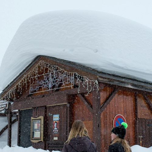 huge snow on roof in Val Thorens