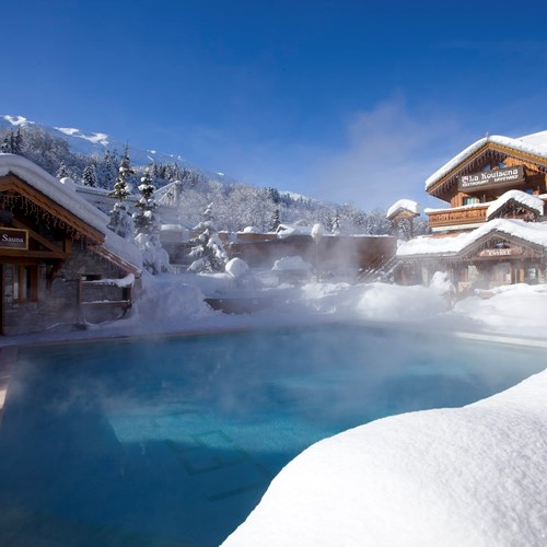 Hotel Eterlou Meribel-Hotel pool in the snow