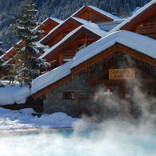 Hotel Eterlou Meribel-outdoor heated pool and sauna shack