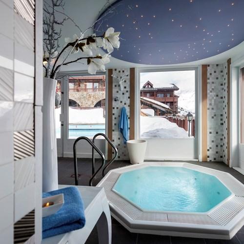 Jacuzzi with snowy views-Hotel Village Montana-Tignes
