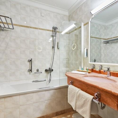 Hotel Das Alpenhaus, ski hotel in Bad Hofgastein, ski Austria, bathroom