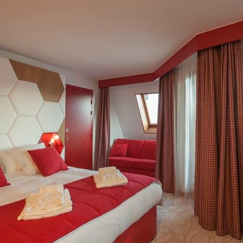 Royal Ours Blanc-Alpe d Huez-Red room.JPG